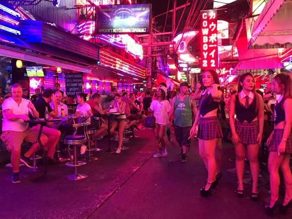 Một góc phố đông đúc về đêm ở Soi Cowboy. Ảnh: Viral Press.