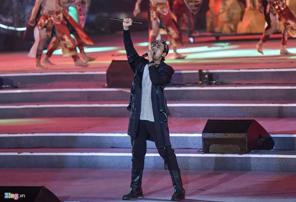 Phạm Anh Khoa biểu diễn tại Festival Canavan tại Hạ Long giữa lùm xùm gạ tình.