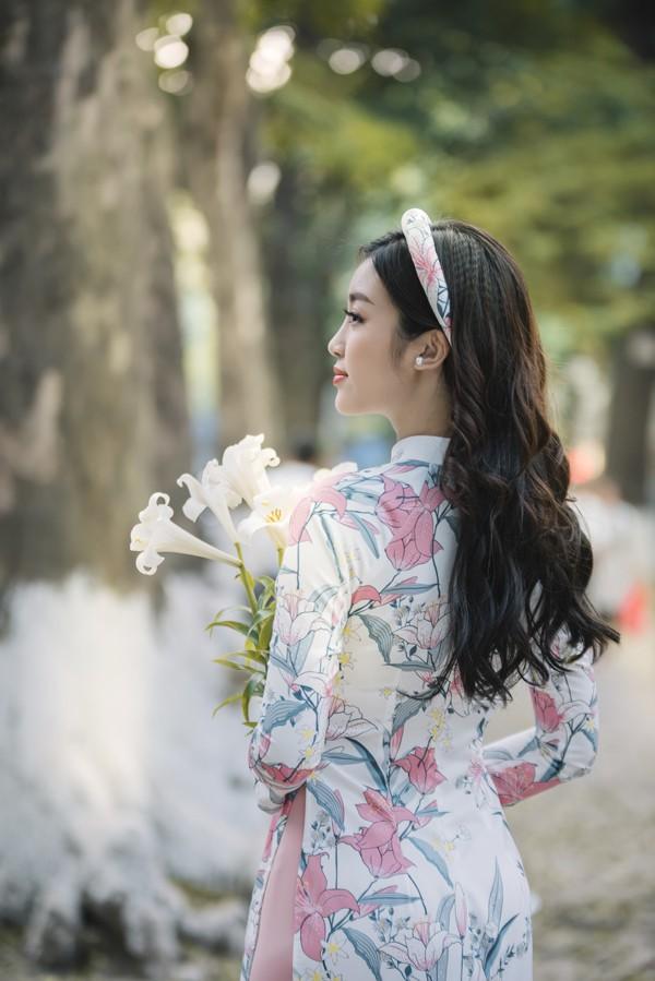 Vẻ đẹp mong manh của Hoa hậu Đỗ Mỹ Linh trong nắng Hà Nội với hoa loa kèn.