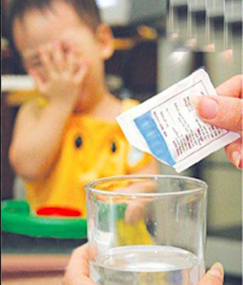 Tình trạng trẻ nhập viện do pha oresol không đúng cách vì cha mẹ chủ quan, thiếu hiểu biết khá thường gặp.