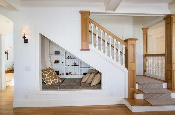 Tại sao bạn không tận dụng gầm cầu thang nhà mình làm một không gian nghỉ ngơi vừa độc đáo lại yên tĩnh nhỉ?