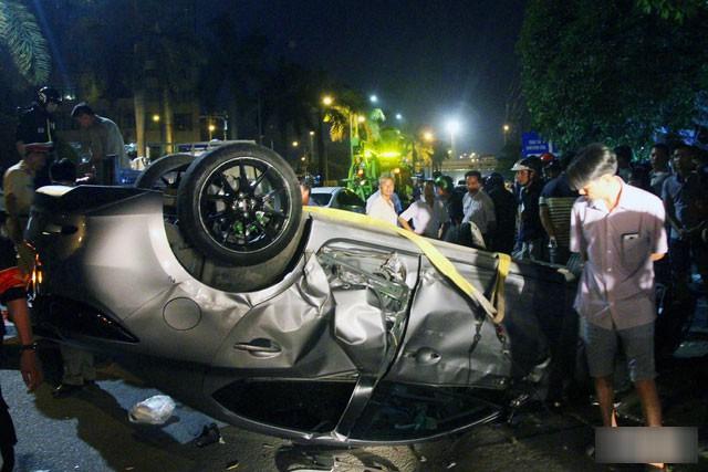 Ôtô 4 chỗ gây tai nạn liên hoàn nằm chổng vó trên đường - Ảnh: B.A.