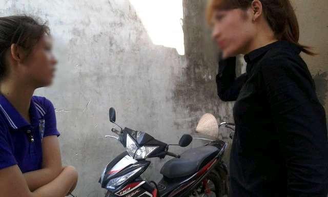 Chị Nguyễn Thị H. (áo đen) nói rằng bản thân không hề bỏ nhà đi như mọi người đồn đoán.