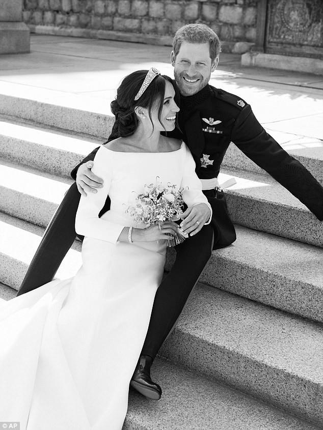 Bức ảnh cưới của cặp đôi trông tự nhiên và lãng mạn theo phong cách Hollywood.