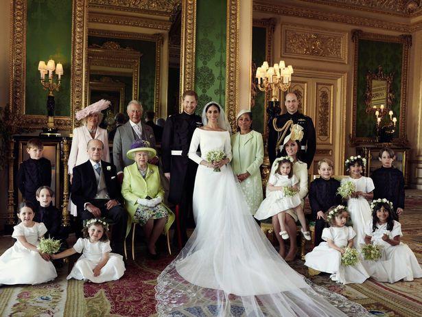 Cô dâu Meghan rạng rỡ đứng cạnh mẹ mình, công chúa nhỏ ngồi trong lòng mẹ, một số phù dâu nhí ngồi dưới sàn.