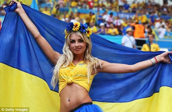 Những khán giả cuồng nhiệt của Ukraine sẽ ngồi ngoài cuộc vui World CUp 2018 vì bản quyền đắt đỏ. Ảnh: Getty.     Chúng tôi sẽ không phát sóng vì bản quyền giải đấu có giá nhiều triệu USD. Đây là thương vụ quá lớn và là quyết định quá khó khăn. Nếu bạn hỏi chúng tôi có khả năng phát sóng World Cup 2018 hay không thì câu trả lời rõ ràng là không, ông Zurab Alasania, giám đốc đài này, cho hay.  Bên cạnh đó, Bộ Ngoại giao Ukraine cũng phải đàm phán riêng với các tổ chức của người hâm mộ bóng đá đề nghị tẩy chay giải đấu tại Nga vì lý do chính trị.  Với việc đội tuyển Ukraine không thể lọt vào vòng chung kết và đài truyền hình nước này không thể mua bản quyền giải đấu, người dân Ukraine sẽ hoàn toàn nằm ngoài cuộc vui bóng đá 4 năm mới có một lần.  43 triệu người Ukraine không phải là trường hợp duy nhất không thể xem World Cup ở châu Âu khi gần đó, 600.000 người Luxembourg cũng nhiều khả năng sẽ phải sang các nước láng giềng xem nhờ World Cup bởi nước này chưa có doanh nghiệp nào mua được bản quyền của giải đấu.  Ngoài hai nước trên, nhiều quốc gia và vùng lãnh thổ có dân số dưới 100.000 người tại châu Âu cũng sẽ không có bản quyền truyền hình World Cup bởi lượng khán giả quá nhỏ, không khả thi để thu hồi vốn bỏ ra.  Người hâm mộ Trung Đông, Bắc Phi than đắt đỏ  Dù Bộ Ngoại giao Israel đã thông báo sẽ phát miễn phí World Cup cho các nước láng giềng Arab qua truyền hình vệ tinh, FIFA nhanh chóng bác bỏ thông báo trên.  Với thiện chí mang sóng World Cup miễn phí tới với phần đông của khu vực Trung Đông và phá vỡ thế độc quyền đắt đỏ của Qatar với bản quyền của giải đấu này, Israel đã đưa ra thông báo trên.     Người hâm mộ Iran sẽ phải cổ vũ cho đội nhà với giá cước truyền hình không hề rẻ. Ảnh: IRNA.      Tuy nhiên FIFA nhanh chóng bác bỏ thông tin trên và khẳng định Israel không được phép phát sóng bất kỳ nội dung nào liên quan đến World Cup 2018 ra ngoài lãnh thổ Israel bởi một doanh nghiệp Qatar đã độc quyền phát sóng giải đấu này trên toàn bộ lãnh thổ Trung Đông và 