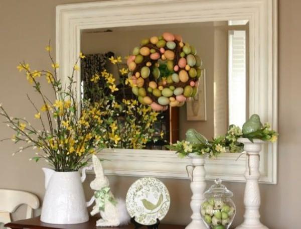 Một chiếc bàn được bày biện khá ấn tượng với những cành cây nở rộ, với vòng hoa bằng trứng to nhỏ khác nhau. Một chút dịu dàng từ thiên nhiên cho góc nhỏ thêm xinh xắn.