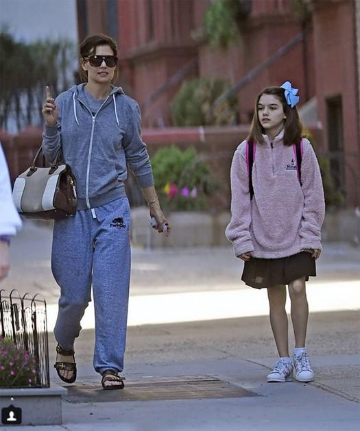Trước đó vào buổi sáng, phóng viên ảnh cũng ghi lại được một số bức ảnh cô được mẹ đi học bằng tàu điện ngầm.