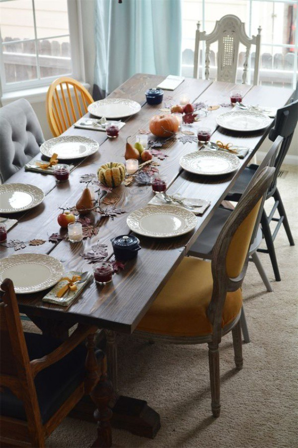 Chiếc bàn ăn có kích thước dài, kết hợp với nhiều ghế với đa dạng chất liệu và màu sắc cho không gian đẹp bình yên và sang trọng.