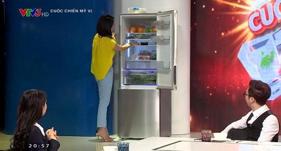 Phí Linh khám phá tủ lạnh của Trung Quân.