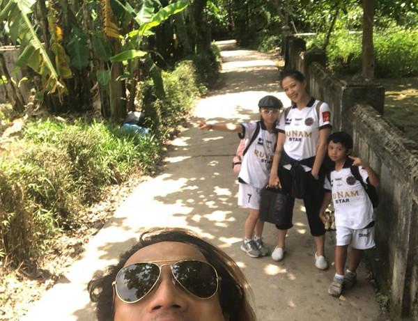 Gia đình của rocker gốc Khánh Hòa vẫn hạnh phúc như chưa có chuyện gì xảy ra.