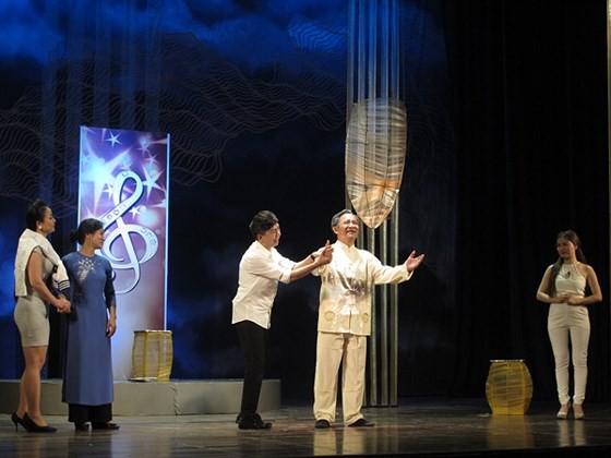 Cảnh trong vở diễn Dưới ánh đèn- CLB sân khấu Thử nghiệm- Hội NSSK Việt Nam