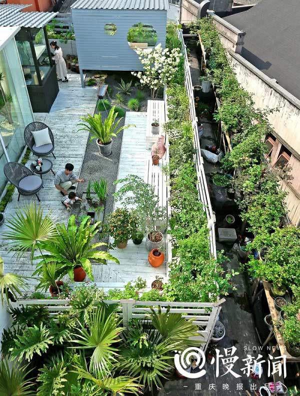 Khu vườn bao quanh ngôi nhà nhỏ, bao gồm tới hơn 500 loài hoa khác nhau.