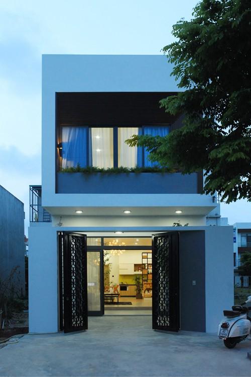 Nằm ở quận Cẩm Lệ (Đà Nẵng), ngôi nhà có hướng Đông Nam vừa đón được luồng gió mát, vừa tránh được nắng nóng của buổi chiều.