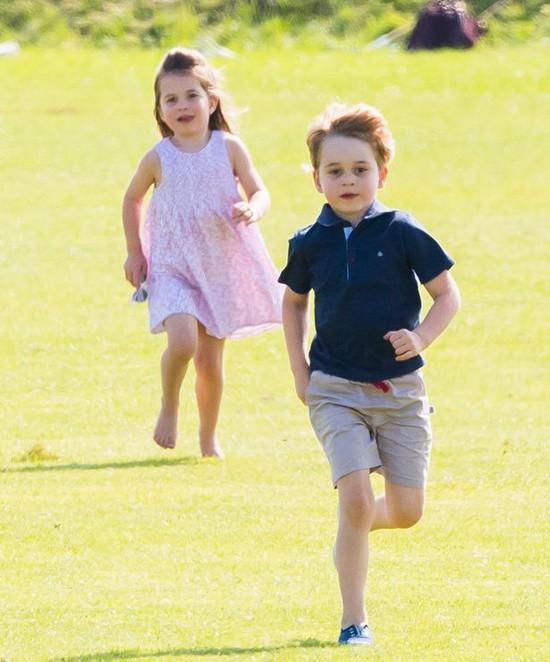 Hoàng tử George và Công chúa Charlotte thỏa sức chạy nhảy, nô đùa trên sân cỏ. Ảnh: WireImage.