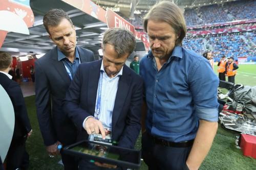 Huấn luyện viên có thể theo dõi thông tin về cầu thủ để thay đổi chiến thuật ngay trong trận.