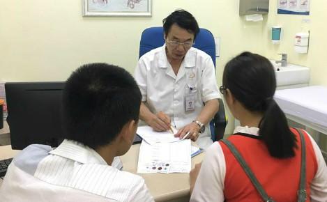 Bác sĩ Lợi thăm khám tư vấn cho bệnh nhân. Ảnh: Lê Nga.