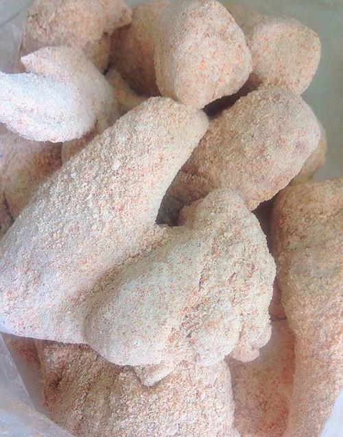 - Cho miếng gà đã lắc với hỗn hợp bột bên trên nhúng qua trứng, rồi lăn qua bột chiên xù.