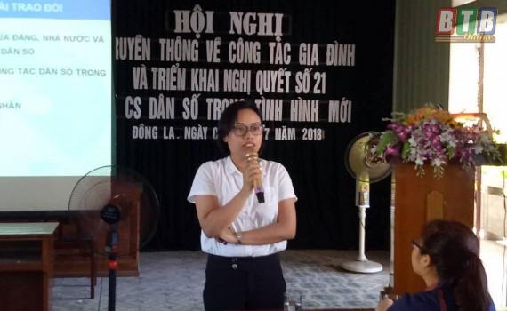Báo cáo viên Chi cục DS - KHHGĐ tỉnh Thái Bình truyền đạt các nội dung tại hội nghị. Ảnh: Hà Dung