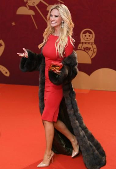 Victoria Lopyreva có mặt sớm tại lễ bế mạc. Cô mặc váy đỏ, khoác áo lông. Người đẹp liên tục mỉm cười, vẫy tay với người hâm mộ.