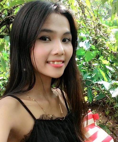 Em gái Hoa hậu HHen Niê là HMin Niê, sở hữu vẻ ngoài dịu dàng, nữ tính. Cô hiện sống tại huyện Cư Mgar (Đắk Lắk) cùng gia đình. Trong suốt quá trình HHen Niê tham gia cuộc thi nhan sắc, HMin Niê luôn đồng hành, ủng hộ chị. Cô thường xuyên chia sẻ các hoạt động của HHen Niê và không giấu được sự tự hào, hạnh phúc khi chị gái đăng quang Hoa hậu Hoàn vũ Việt Nam 2017.