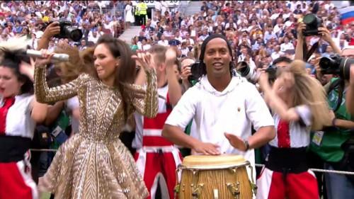 Cựu cầu thủ Brazil - Ronaldinho (áo trắng) - hào hứng đánh trống bên dàn vũ công Nga. Trước đó, đồng hương của anh - Ronaldo - cũng xuất hiện ở lễ khai mạc.