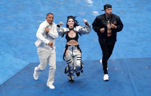 Will Smith, Era Istrefi và Nicky Jam (từ trái sang) có mặt sớm để giao lưu với người hâm mộ. Bộ ba đảm nhiệm vai trò khuấy động lễ bế mạc. Nicky Jam thể hiện ca khúc X trước. Sau đó, hai nghệ sĩ còn lại bước ra và cùng hòa giọng hát Live It Up.