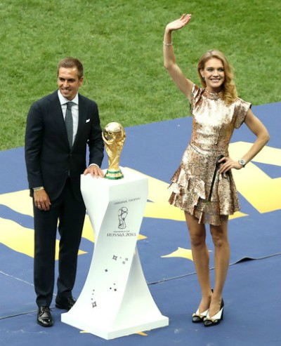 Ở lễ khai mạc, Natalia Vodianova cũng góp mặt để giới thiệu cúp vàng.
