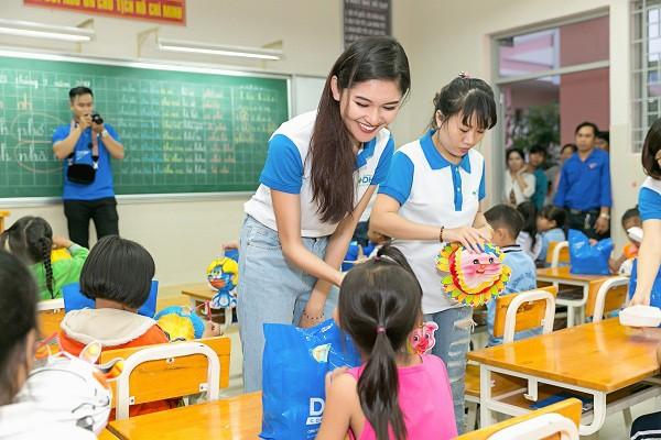 Cũng như nhiều mỹ nhân V-biz, Thùy Dung rất chịu khó đi từ thiện. Cô cảm thấy hạnh phúc khi giúp đỡ được nhiều người.