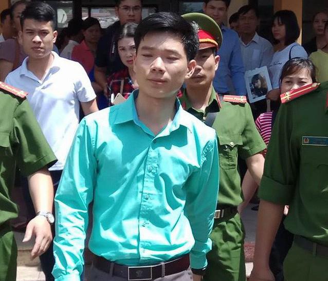 BS Hoàng Công Lương (áo xanh)