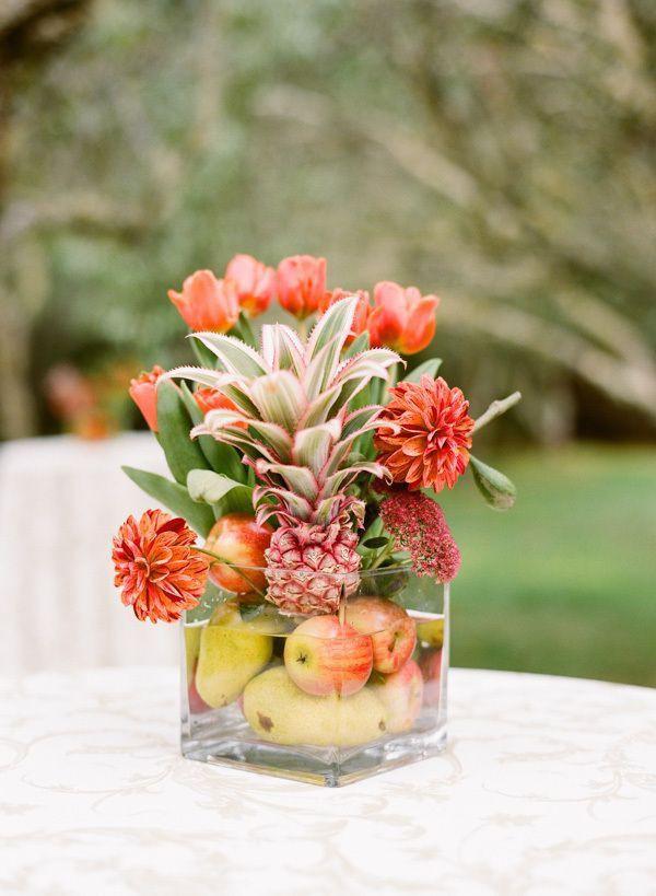 Với chiếc lọ cắm hình vuông miệng rộng như này, sử dụng những loại hoa quả khác nhau chèn bên dưới lọ là một ý tưởng tuyệt vời giúp cố định hoa quả xinh xắn.