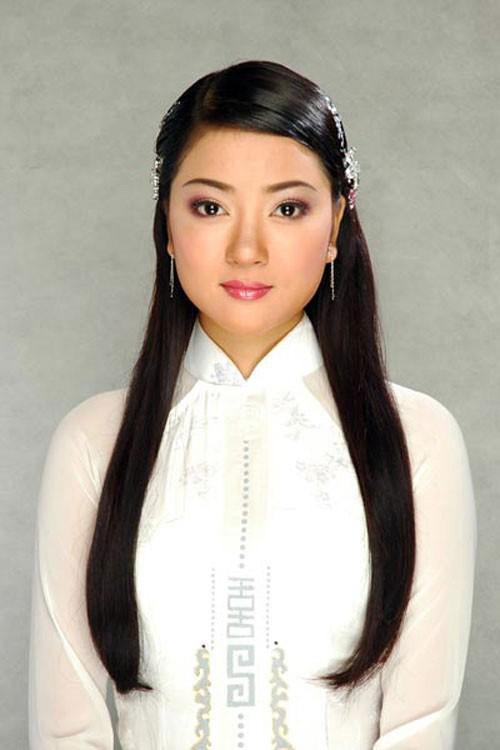 Thời điểm mới đăng quang, Hoa hậu Việt Nam 2004 Nguyễn Thị Huyền ghi đậm dấu ấn bởi vẻ đẹp phúc hậu với gương mặt tròn trịa. Tham gia Hoa hậu thế giới 2004, cô khiến công chúng tự hào khi lọt Top 15 người đẹp nhất thế giới.