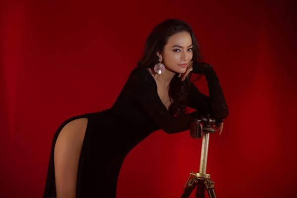 Mang trong mình 2 dòng máu Việt- Tiệp Khắc, Tinna Tình có nhan sắc lai tuyệt đẹp và cơ thể nóng bỏng, gợi cảm.
