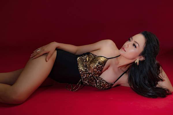 Cô được đánh là một người đẹp đa-zi-năng của showbiz Việt.