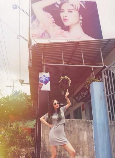 Angela Phương Trinh chụp hình kỷ niệm dưới biển quảng cáo có ảnh mình tại Tây Ninh.