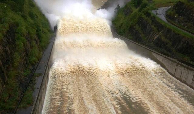 Hồ Cửa Đạt xả lũ với lưu lượng 1000m3/s
