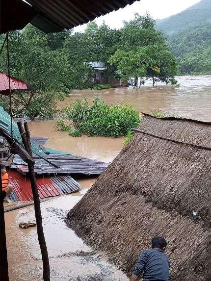 Nhiều nhà dân ở xã Mỹ Lý, huyện Kỳ Sơn bị ngập sâu.