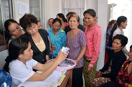 Người dân đến đăng ký thực hiện các dịch vụ tại Trạm Y tế xã Hòa An, huyện Phụng Hiệp. Ảnh: H.Diễm