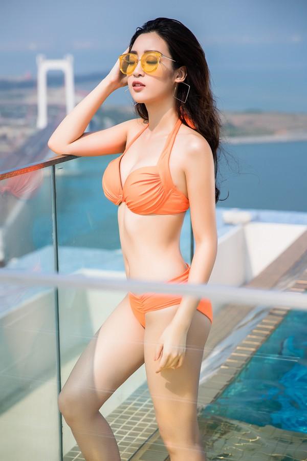 Sau 2 năm đăng quang, đây là lần đầu tiên Đỗ Mỹ Linh mạnh dạn tạo dáng với bikini.