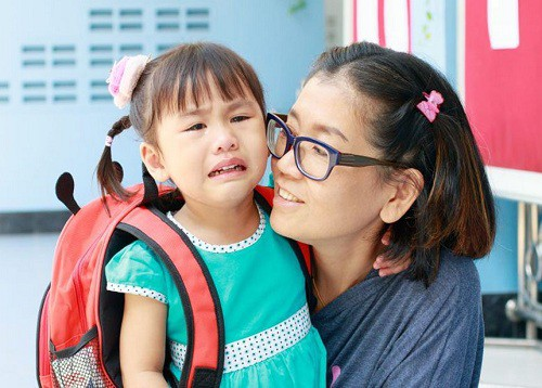 Cảm xúc của trẻ trong ngày đầu đi học phụ thuộc nhiều vào cách dẫn dắt của phụ huynh. Ảnh: Mumzstreet