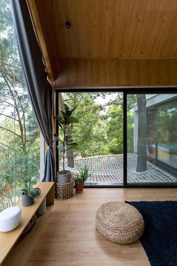 Căn nhà được ốp gỗ cả ở trần, tường và sàn.
