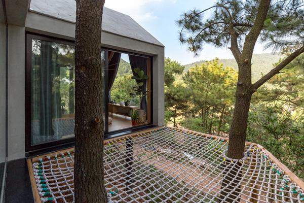 Thiết kế mở với các bức tường và khung cửa kính lớn giúp tầm nhìn được giải phóng gần như hoàn toàn, mang đến sự tương tác tối đa giữa bên trong và bên ngoài.
