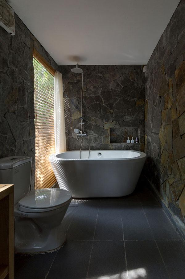 Bồn tắm được đặt cạnh cửa sổ nhỏ, vừa tắm, gia chủ vừa có thể ngắm cảnh bên ngoài.