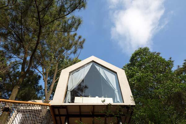 """Các kiến trúc sư thiết kế căn nhà """"đua"""" ra ngoài ngọn đồi, tạo tầm nhìn tuyệt vời cho gia chủ."""