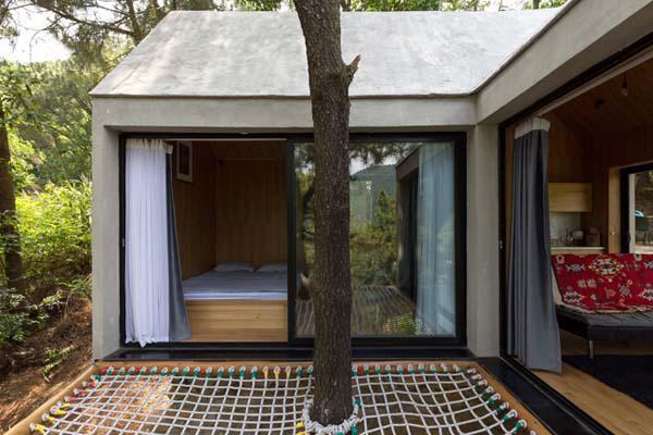 Tường bao quanh nhà được làm bằng bê tông nhẹ, có cách âm, cách nhiệt.