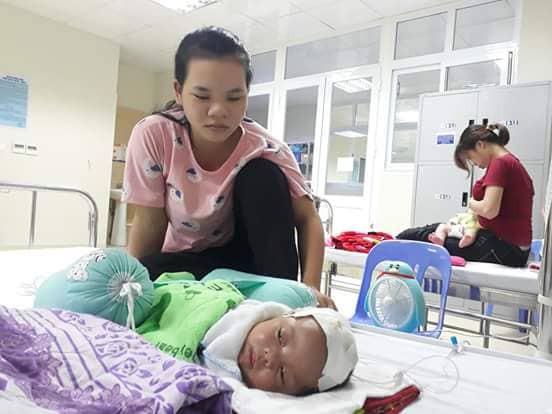 Chị Thao và bé Tuấn Anh ở Bệnh viện Nhi Trung ương.