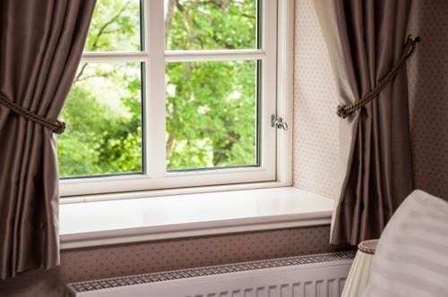 Khi dùng rèm cửa bạn cũng nên cân nhắc, vì các phòng nhỏ trông sẽ rộng hơn nhiều nếu không có rèm.