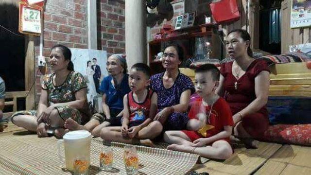 Mẹ, bà và người thân thủ môn Bùi Tiến Dũng cổ vũ cho con qua tivi ở quê nhà