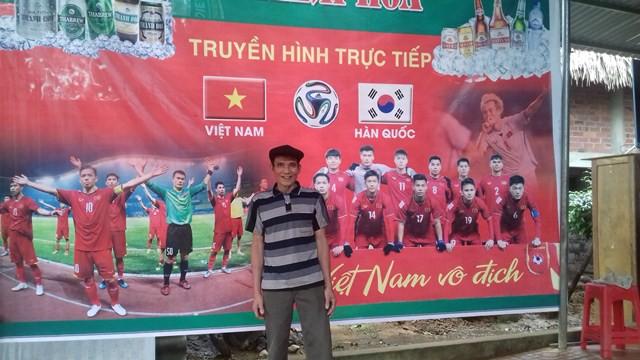 Ông Bùi Văn Khánh, bố của Tiến Dũng mặc dù đang nằm viện vẫn quyết định về nhà cùng người dân làng Bào cổ vũ cho con trai cùng đội tuyển