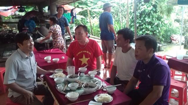 Chú ruột Tiến Dũng, ông Bùi Văn Nguyệt (áo đỏ) hi vọng, tin tưởng vào chiến thắng của đội nhà